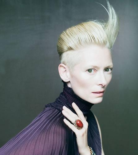 So ausdrucksstark wie Tilda Swinton ist auch der Schmuck, den sie präsentiert.