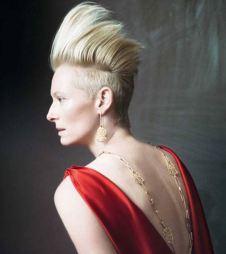 Ein schöner Rücken ... Selbstbewusst und unkonventionell präsentiert Tilda die lange goldene Kette mit den passenden Ohrringen.