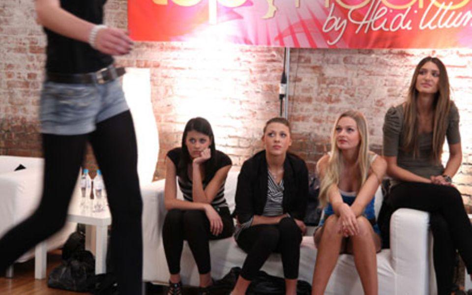 Prüfende Blicke: Alisar, Luisa, Miriam und Leyla checken die Konkurrenz ab.