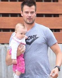 Ein Bild für die Götter: Josh Duhamel trägt das Baby eines Freundes auf dem Arm.