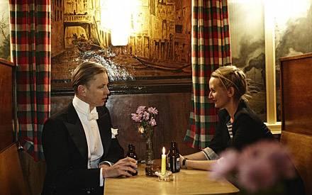 Candlelight-Knolle: Max Raabe beim gepflegten Bier mit GALA-Redakteurin Sarah Lau.