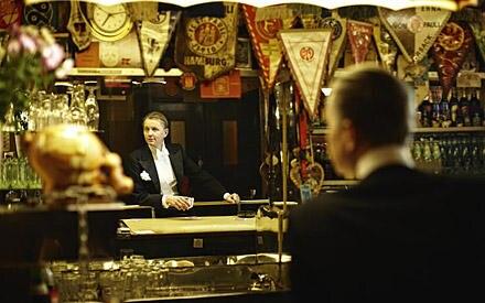 """Es muss nicht immer Champagner sein! Am Tresen des """"Silbersack"""" wartet Max Raabe auf sein Bier."""