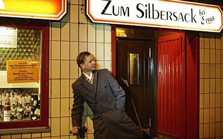 In Hamburg sagt man Tschüss – und bis bald! Max Raabe ist gerade auf Tournee, steht im April unter anderem in München, Düsseldor