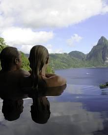 Der Pool bietet einen weitläufigen Blick auf das Meer und die Regenwald-bedeckten Berge.