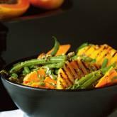 Süßkartoffel-Salat mit Bohnen und Ananas.
