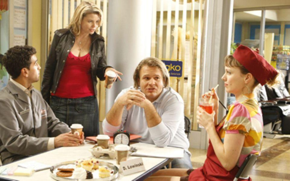 Danni Lowinski und ihre Freunde an ihrem Arbeitsplatz im Einkaufscenter.