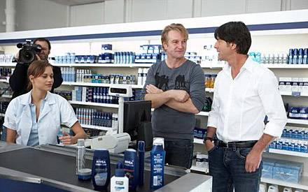 """Detlev Buck gibt Bundestrainer und """"Nivea for Men"""" Einkaufsberater Joachim Löw Regieanweisungen."""