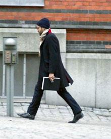 Jonas Bergström ist am 7. April warm angezogen auf dem Weg zur Arbeit.