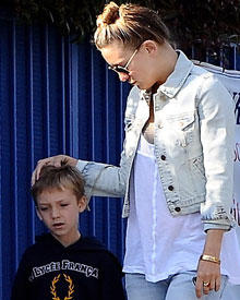 Ryder Russel sieht mit seiner neuen Frisur eher unglücklich aus. Da hilft auch Mamas Zuspruch wenig.