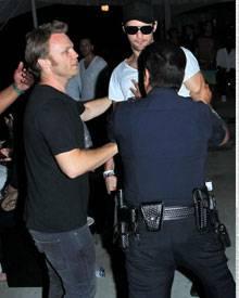 Alexander Skarsgard kann von seinen Begleitern und einem Polizisten kaum zurückgehalten werden, als er beim Coachella-Festival a