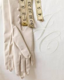 Erst durch Accessoires und maßgenaue Änderungen wird das Kleid perfekt