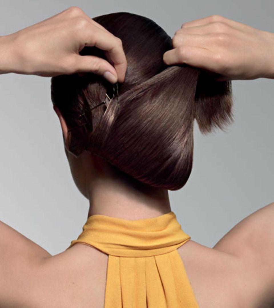 Step 2: Das eigene Deckhaar flach über die Magic Hair Teile schlagen und mit über Kreuz gesetzten Haarnadeln feststecken.