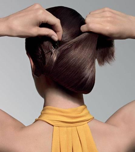 Step 3: Alles in einem Schwung nach oben zu einer Rolle einschlagen und it großen Haarnadeln festsecken.