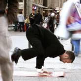 Im Anzug vor Ort: Andreas Bleeck beim Yoga-Training