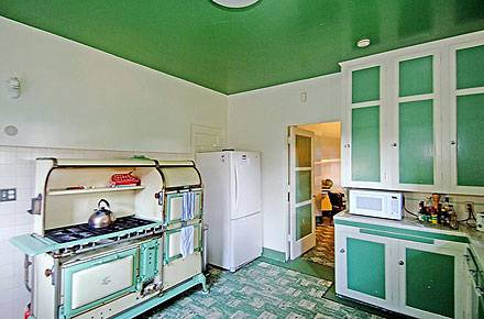 Die Küche in Grün und Weiß lädt zu Kochabenden mit Freunden ein.
