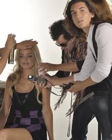 """Anni, bekannt aus """"GNTM"""" und Oliver Lawrence in seinem neuen Video zu """"She's not alone""""."""