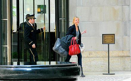 Cameron Diaz schleicht sich mit ihrem schweren Gepäck davon.