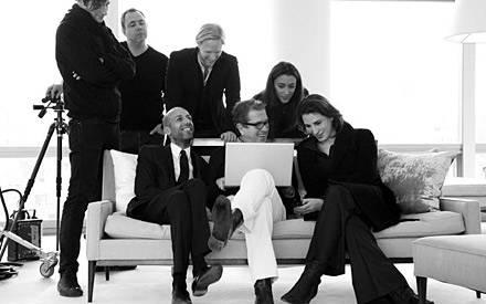 N ach dem Sh ooting mit Julia Roberts begutachtet Youcef Nabi (auf dem Sofa, r.) mit Fotograf Mario Testino (M.) die Bilder.