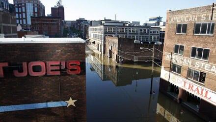 Das Wasser steht hoch zwischen den Häusern in der Innenstadt von Nashville.