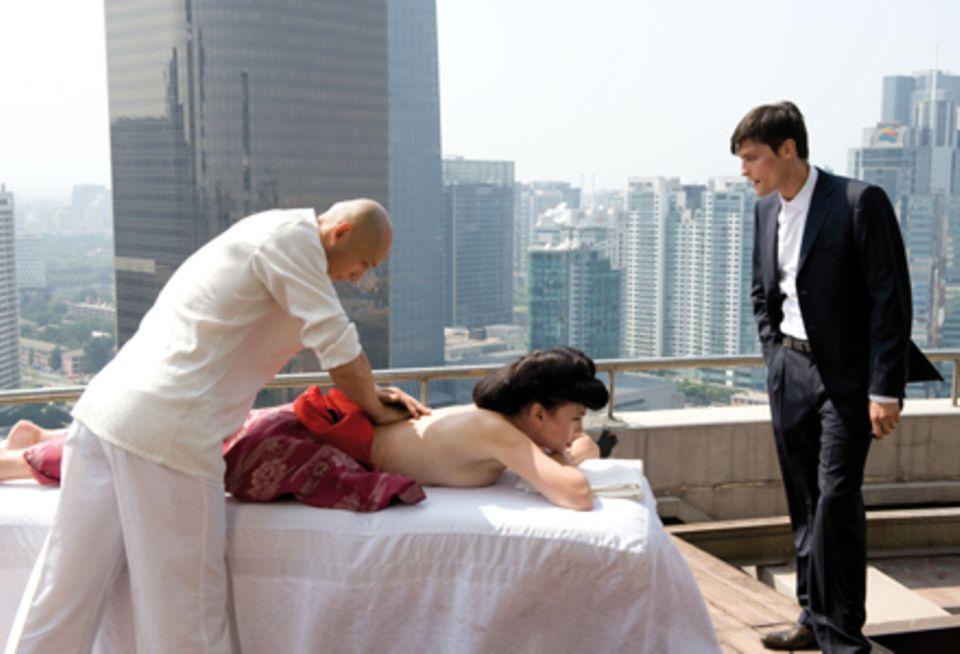 Peking: Lady (Iris Berben) lässt sich auf dem Dach ihres Kosmetikkonzerns massieren, während sie ihren Sohn Munroe (Stipe erceg)