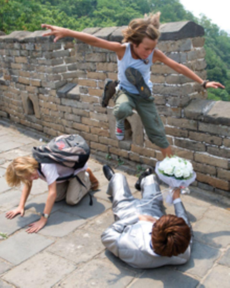 Stunts auf der chinesischen Mauer: Patrick zeigt während eines Braut-Shootings vollen Körpereinsatz.