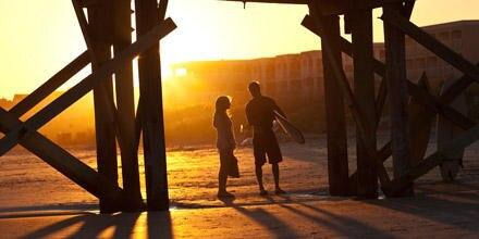 """Herzschmerz-Schmachtfilm: Amanda Seyfried und Channing Tatum lernen sich in """"Das Leuchten der Stille"""" am Strand kennen."""