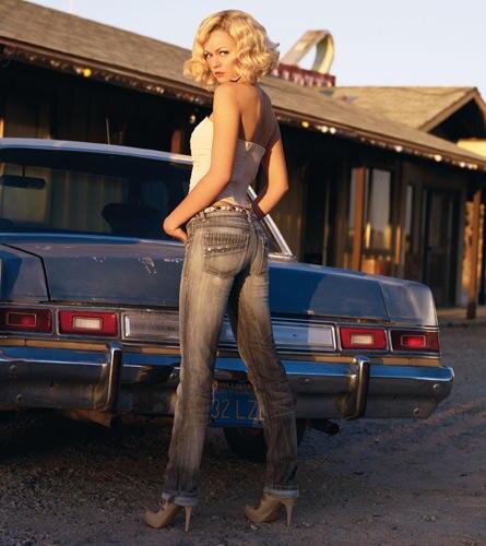 Entzückende Po-se: Die graue Jeans überzeugt mit aufwendig gearbeiteten Taschen und tollen Nieten-Applikationen.