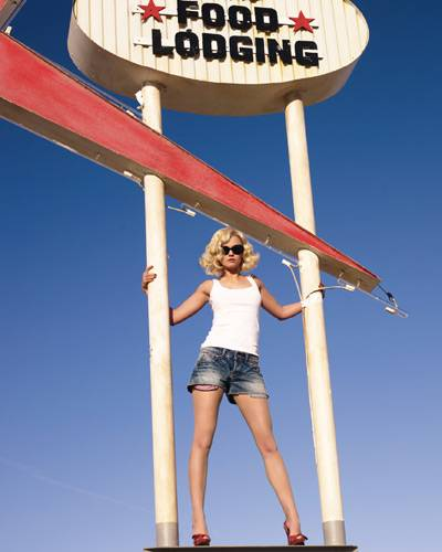In der Kürze steckt die Würze: Louisa in knappen Shorts mit starker Waschung und klassischem weißen Tanktop.
