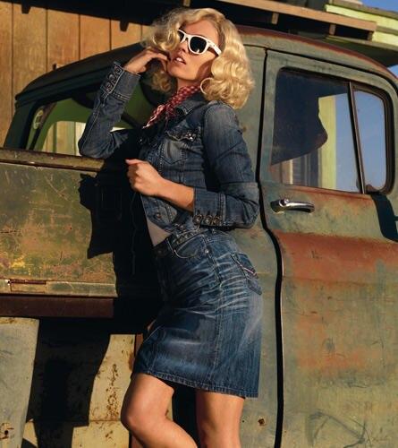 """Heißes Jeans-Girl: Mit ihren Kurven bringt die """"GNTM""""-Kandidatin die Denim-Stücke von Tribeca optimal zur Geltung."""