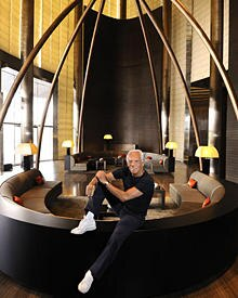 In Dubai startet der stolze Giorgio Armani seine Hotelgruppe.