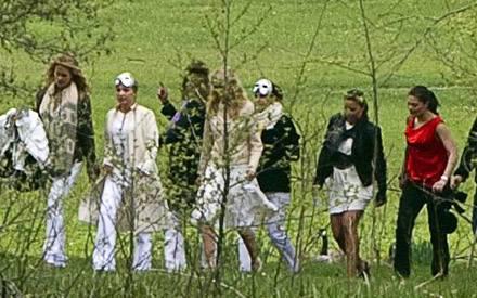 Ihre jüngere Schwester Prinzessin Madeleine führt den Jungesellinnenabschied an, während Prinzessin Victoria gehorsma als letzte