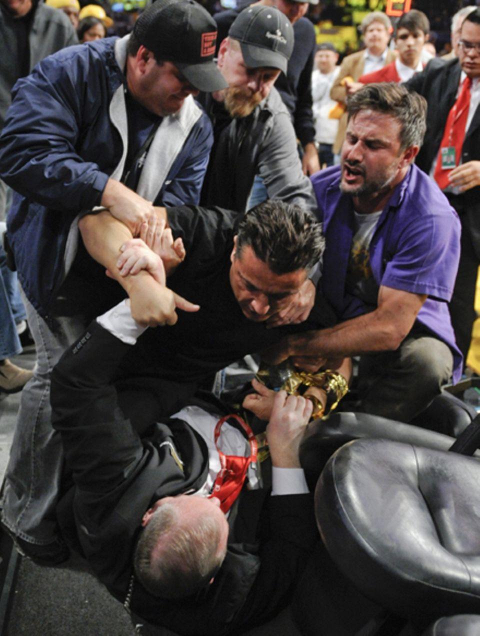 David Arquette versucht den Sicherheitskräften zu helfen.