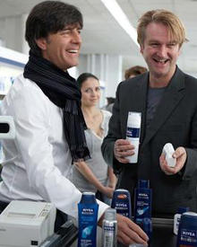 Jogi Löw und Detlev Buck bei den Dreharbeiten für den Nivea-Spot.