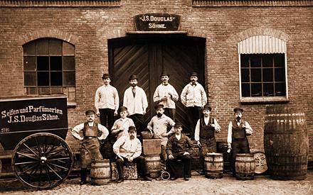 """1884: Stolz posieren die 11 Mitarbeiter vor """"ihrer"""" Fabrik"""