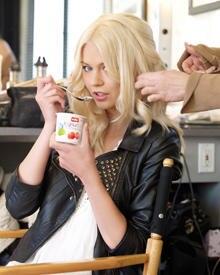 Germany's Next Topmodel-Kandidatin Louisa lässt es sich mit dem neuem Buttermilch-Joghurt von Müller schmecken.