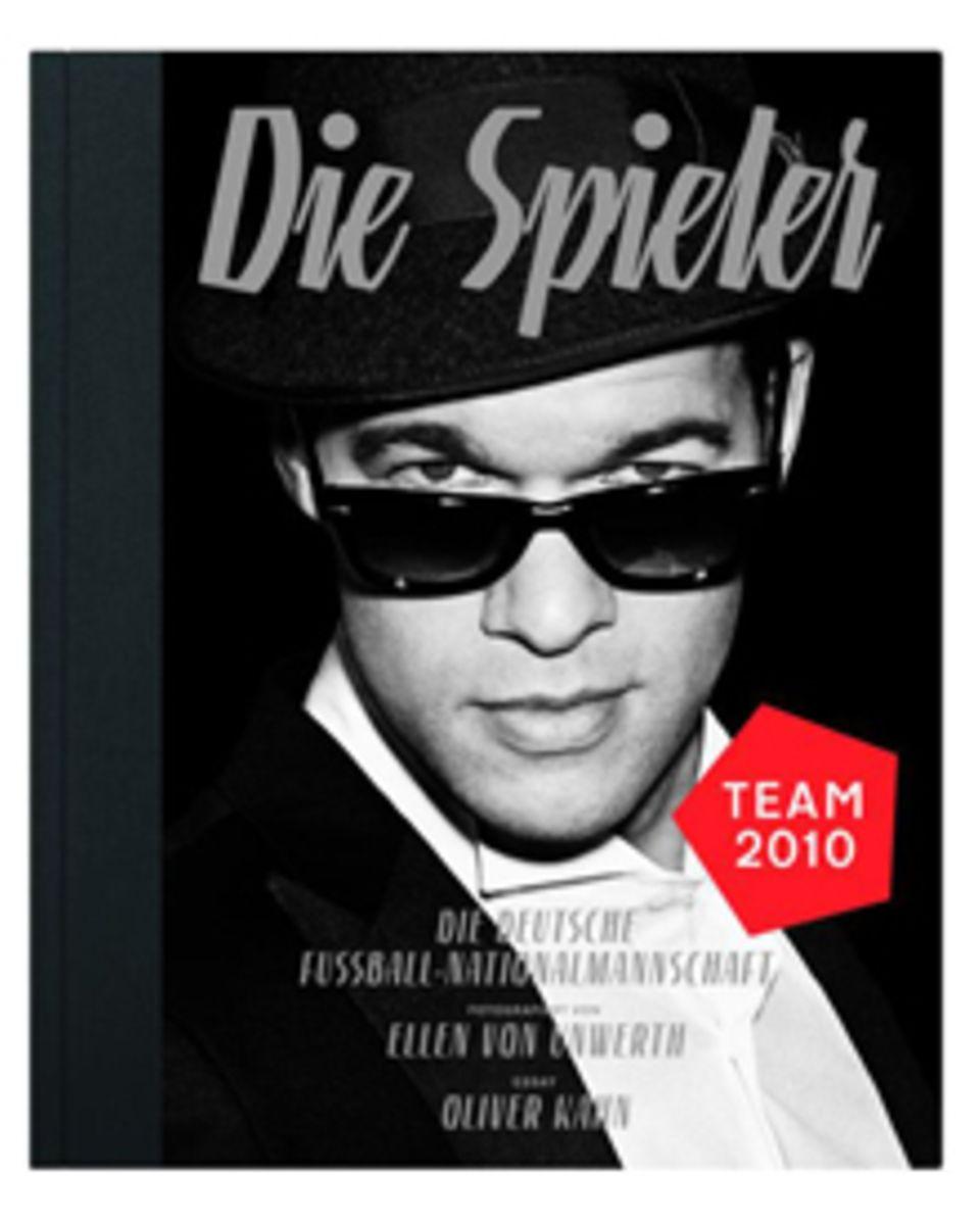 """Ellen von Unwerth fotografierte die Nationalmannschaft in Strenesse - und in Film-Noir-Optik. Coverboy ist Michael Ballack. (""""Di"""