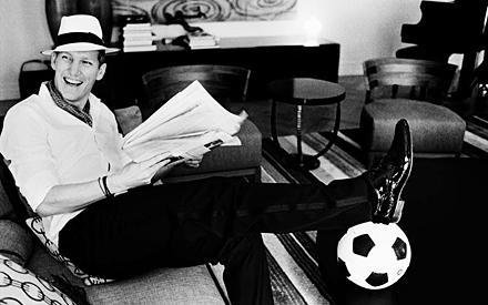 Gentleman: Borsalino, weißes Hemd, Seidenschal: Bastian Schweinsteiger ist nicht nur auf dem Platz gereift.