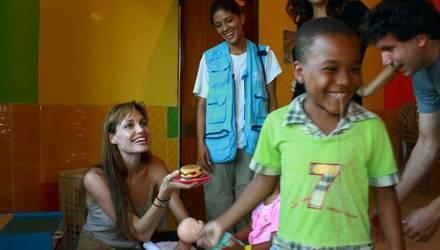 Angelina Jolie besucht Flüchtlinge in Ecuador und fühlt sich unter den Kindern sofort heimisch. Kein Wunder: Sie hat daheim ja s