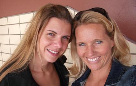 Frisch gebräunt: Die glücklichen Gala.de-Redakteurinnen Rachel Brozowski und Jana Gloistein kurz nach dem Spray Tanning.