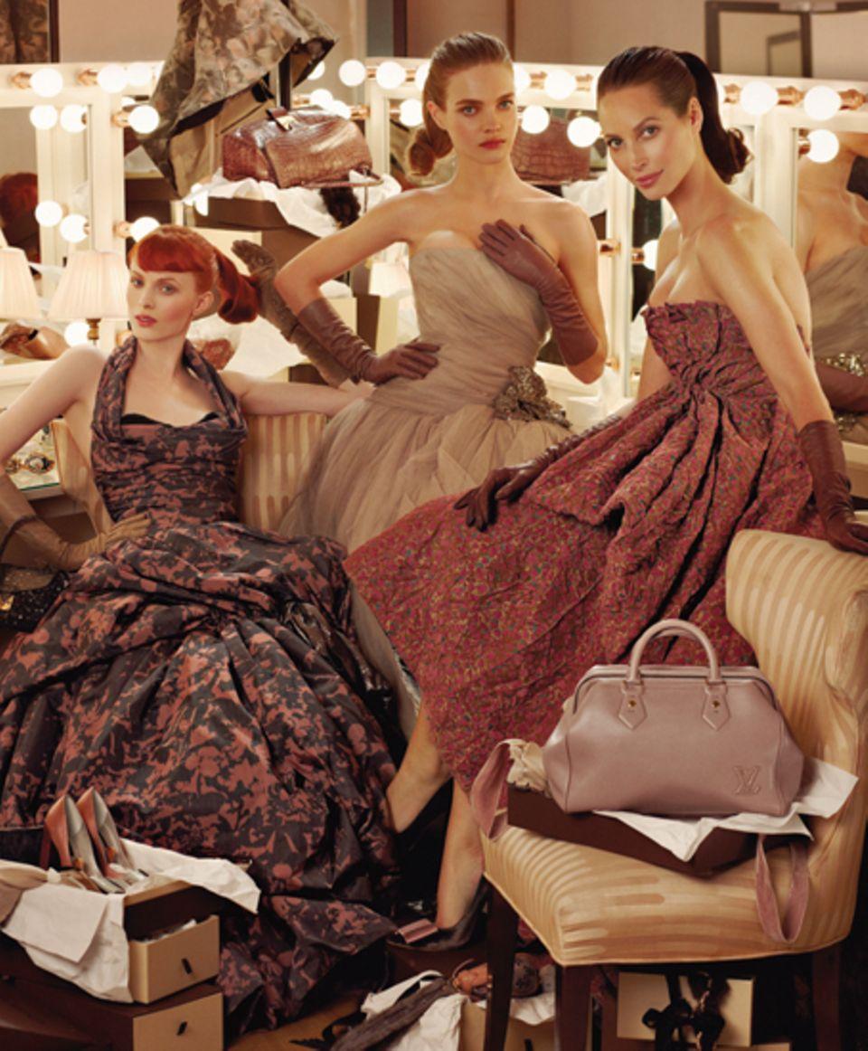 Karen Elson, Natalia Vadianova und Christy Turlington tragen die edlen Kleider im Stil der 50er Jahre.