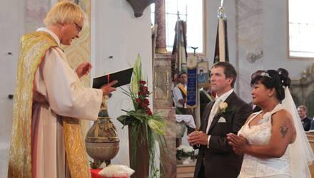 Ganz intimer Moment: Josef und Narumol werden zu Mann und Frau erklärt.