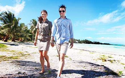 Hand in Hand erkunden Victoria und Daniel den Strand von Bora Bora.