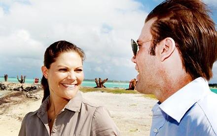 Noch in der Hochzeitsnacht flogen die beiden ins Paradies. Und strahlen nun mit der Sonne um die Wette.