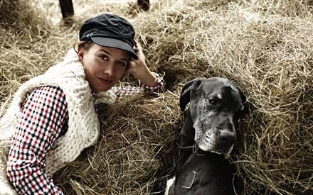 Nadeshda Brennicke liebt die vielen verschiedenen Charaktere ihrer Hunde, Pferde und Katzen. Sie spricht mit den Tieren fast so