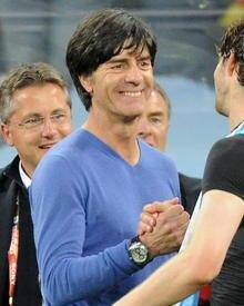 Der Bundestrainer und sein Markenzeichen - der blaue Kaschmir-Pulli von Strenesse.