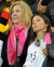 Zum WM-Halbfinale flog Daniela Löw, 50, nach Südafrika - und musste dort mit den anderen Spielerfrauen, rechts Silvia Meichel, d