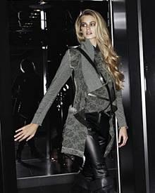 Vanessa Hessler in cooler Lederhose und Khaki-Cardigan von Airfield.