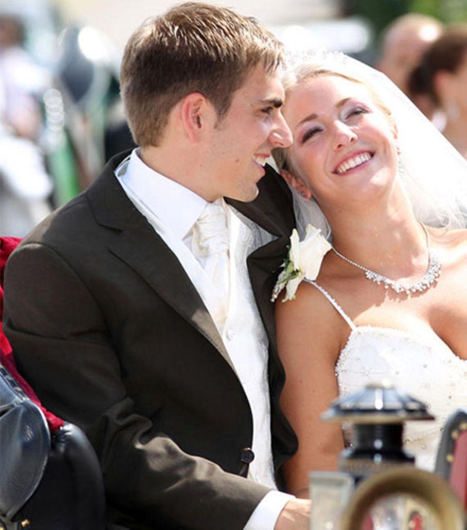 Philipp Lahm und seine Frau Claudia kommen freudestrahlend aus der Kirche.