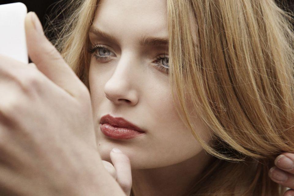 Die natürlichen Make-up-Töne von Burberry stehen der blonden Lily Donaldson besonders gut.