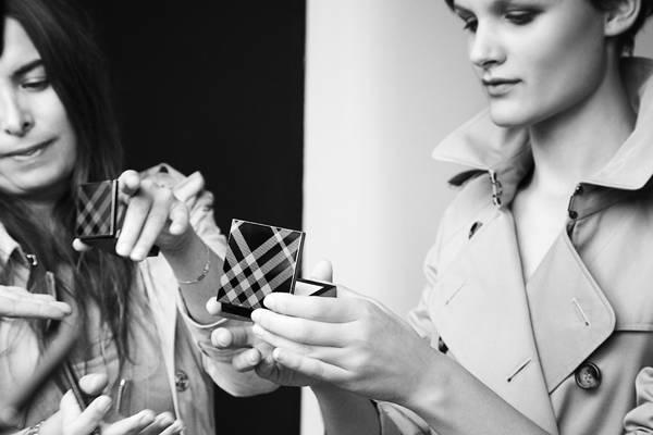 Model Nina Porter betrachtet vor dem Shhoting die neuen Make-up-Produkte von Burberry.